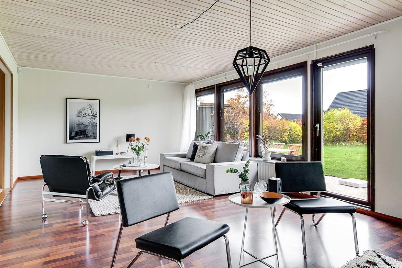 svarta stolar och grå soffa
