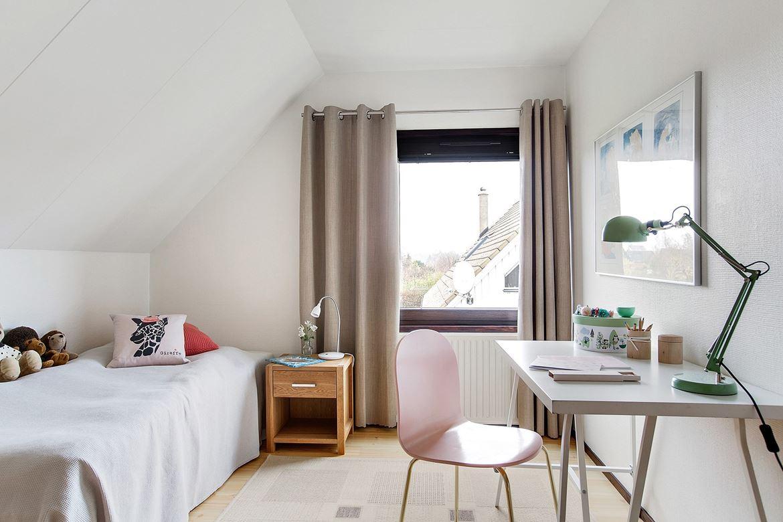 sovrum med säng och skrivbord