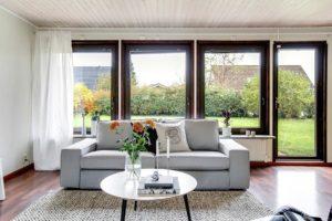 soffa och stora fönster bakom
