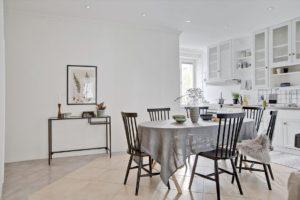 matrum med bord och stolar