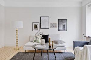 vardagsrum med konst på väggen