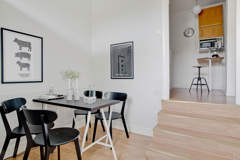 svarta stolar och bord