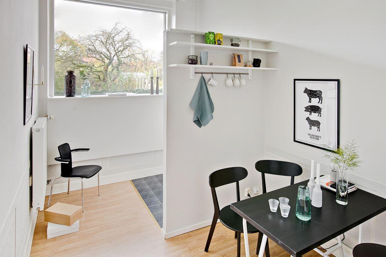 matplats med svarta möbler