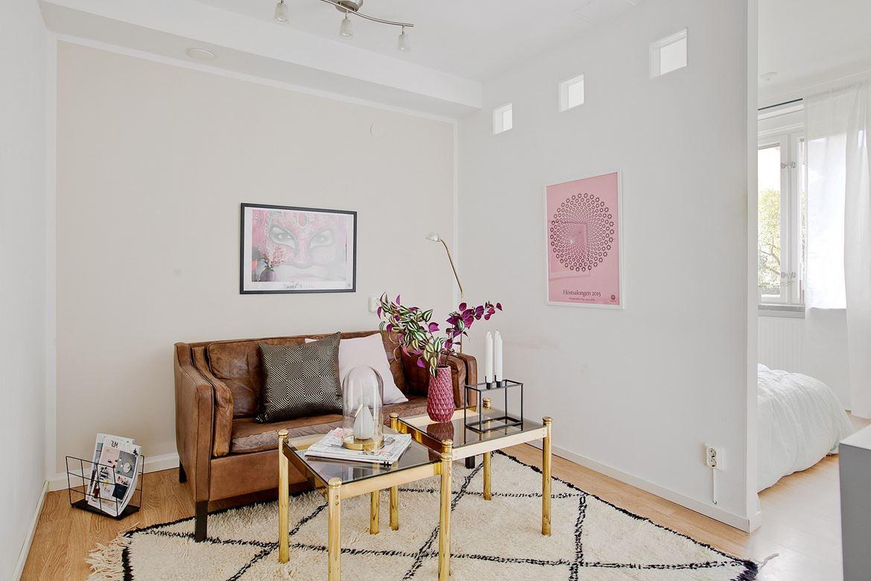brun soffa med soffbord
