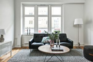 svart soffa och bord