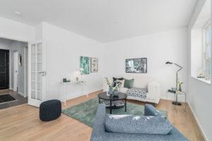 foto på vardagsrum och soffa