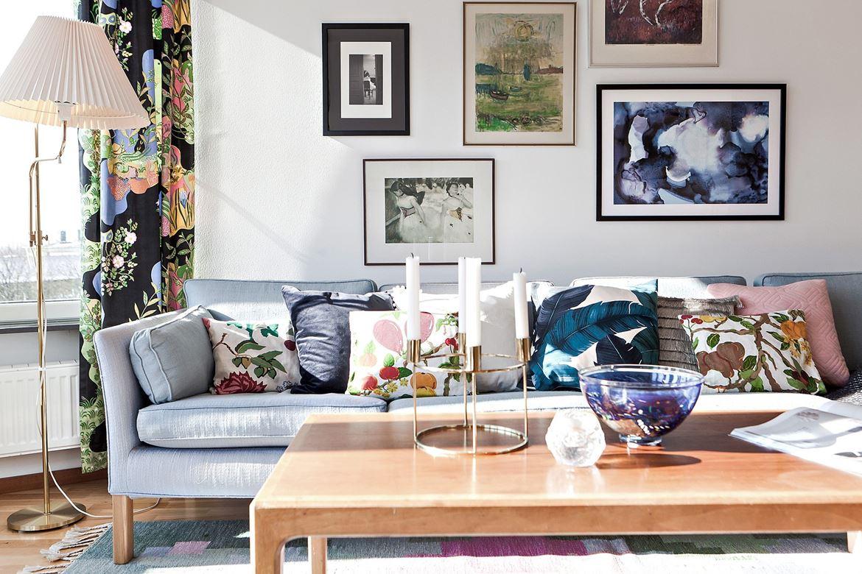 soffa med tavlor över