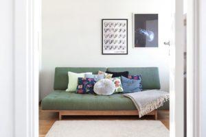 grön soffa med kuddar