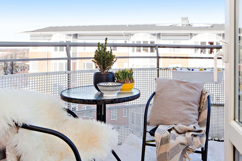 balkong med utemöbler