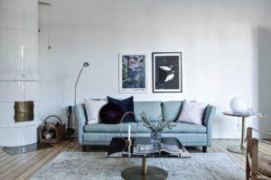 blå soffa med konst ovanför
