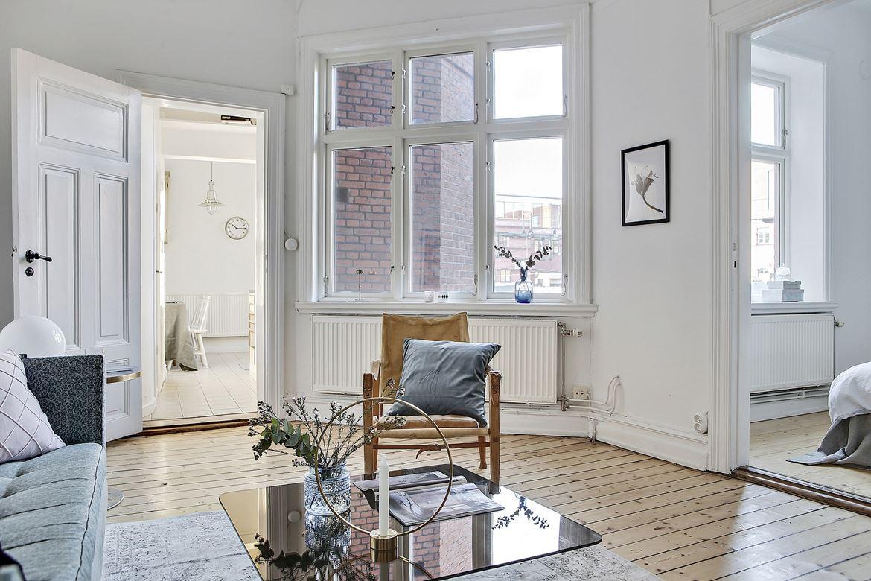 rum med stort fönster och brun fåtölj