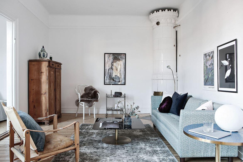 vardagsrum med blå soffa