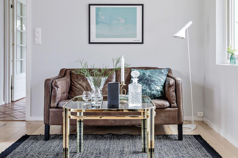 brun soffa och soffbord