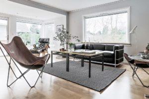 vardagsrum med svart soffa