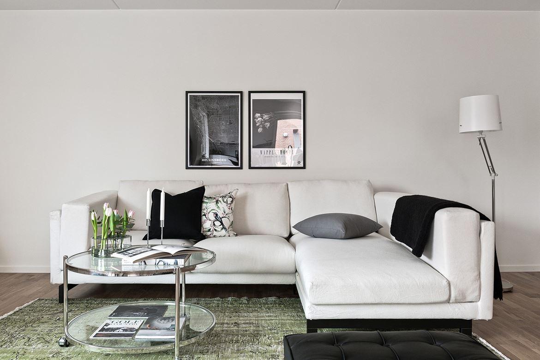 foto på vit soffa och soffbord