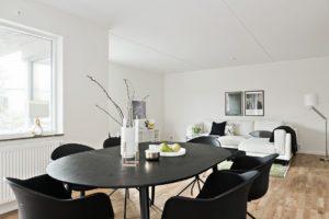 foto på svart matbord med svarta stolar