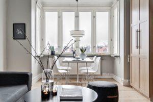 ljust matrum med stolar och bord