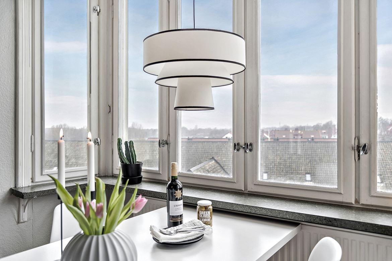 modern lampa stort fönster