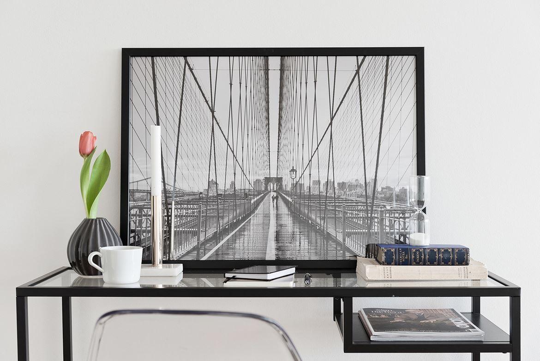 svartvit tavla på bord