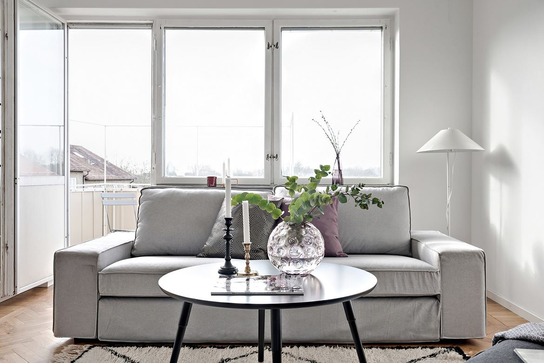 soffa med litet soffbord