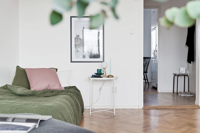 säng med grönt överkast
