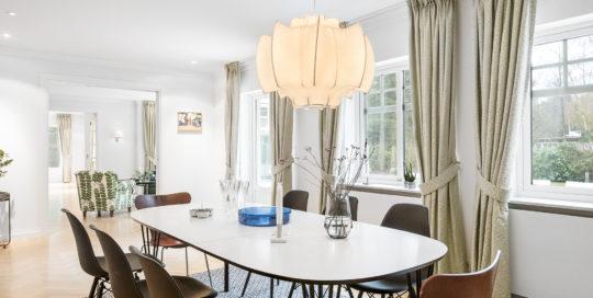 foto på moderna stolar och ett story bod med lampa över