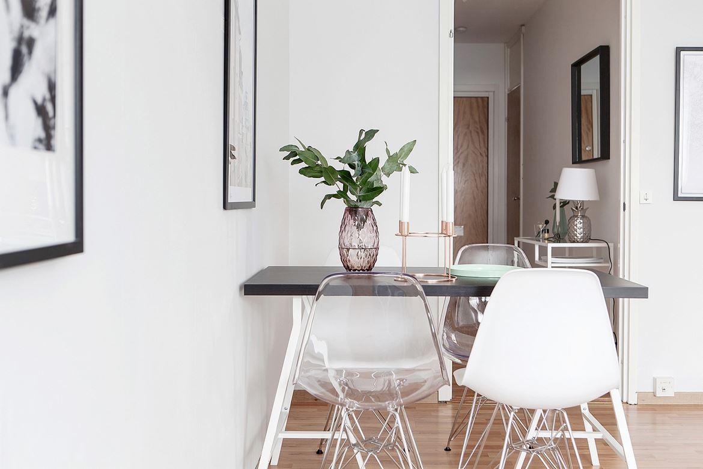 matsalsbord med vita stolar