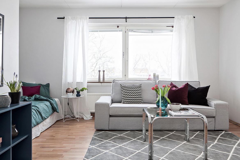 vardagsrum och grå soffa