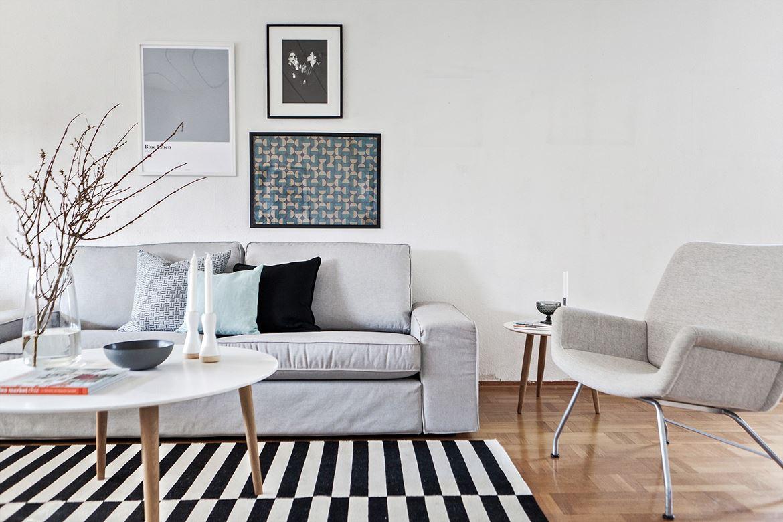 Foto på randig matta och grå soffa