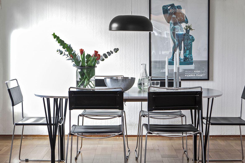 Foto på svara stolar vid matbord