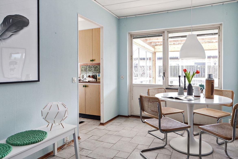 Foto på blå tapeter och retro matsal