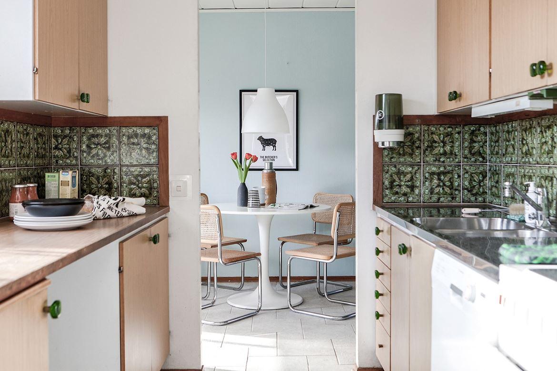 Foto på retro kök med köksbord och stolar