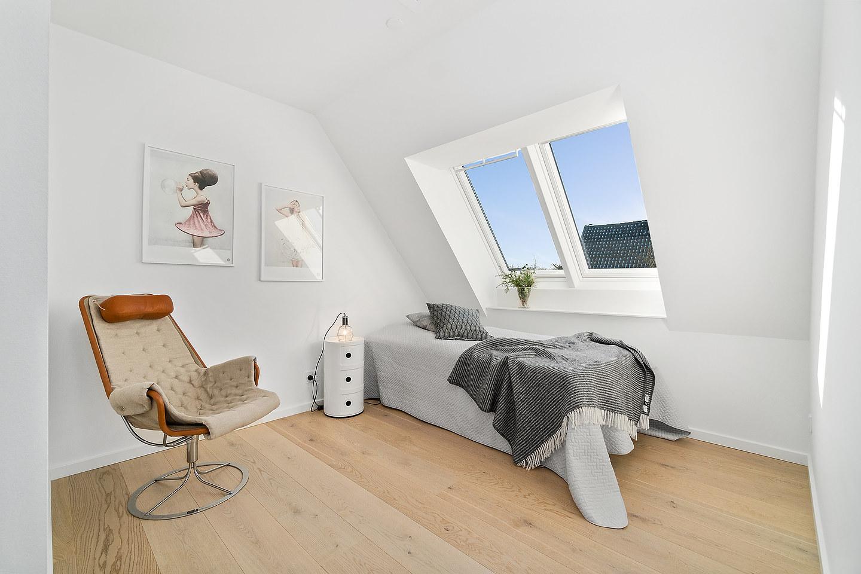foto på modern fåtölj med en liten säng