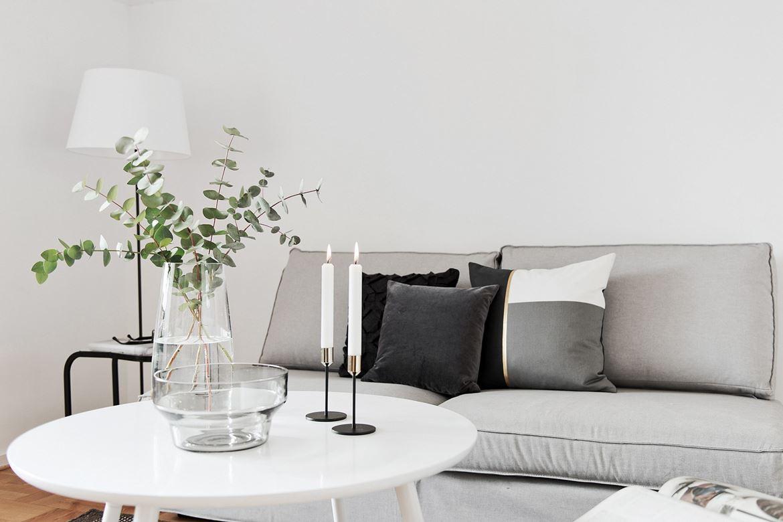 grå soffa med ljus framför