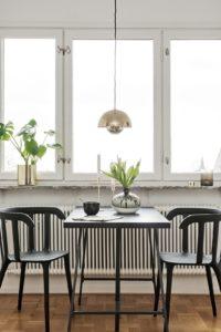 Litet bord två svarta stolar