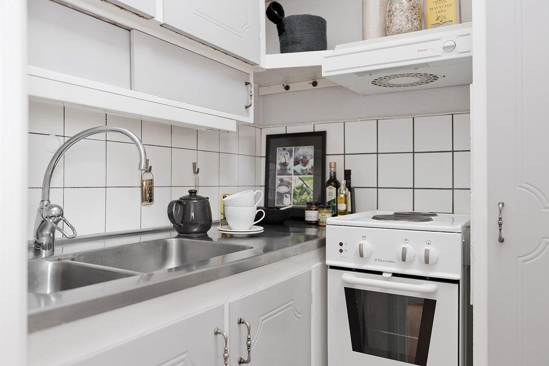Kök med vita luckor