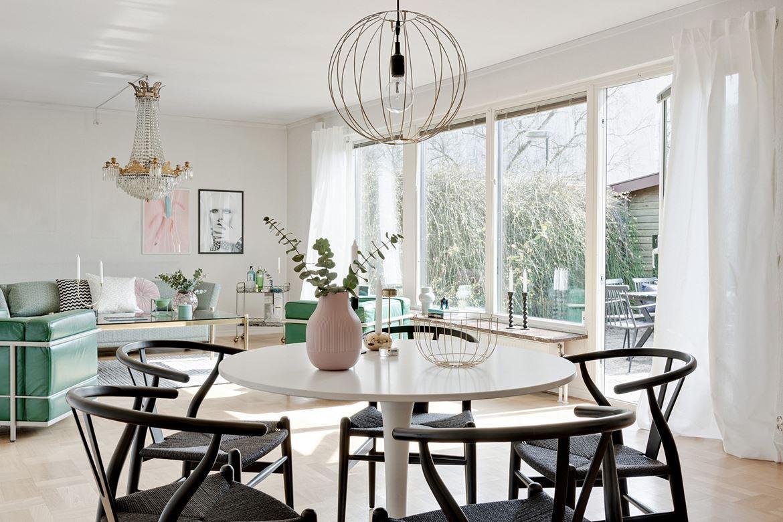 svarta stolar i ljus matsal