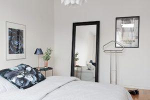 sovrum med stor spegel