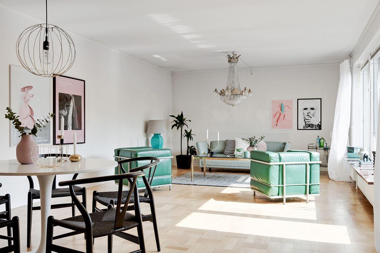 vardagsrum med gröna stolar