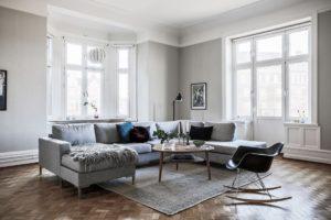 Stort vardagsrum med soffa
