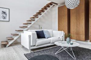vit soffa med trappa bakom