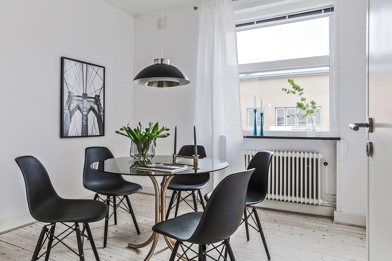 matsal med svarta stolar