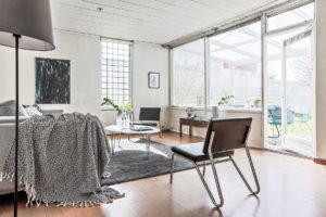 Vardagsrum med grå matta