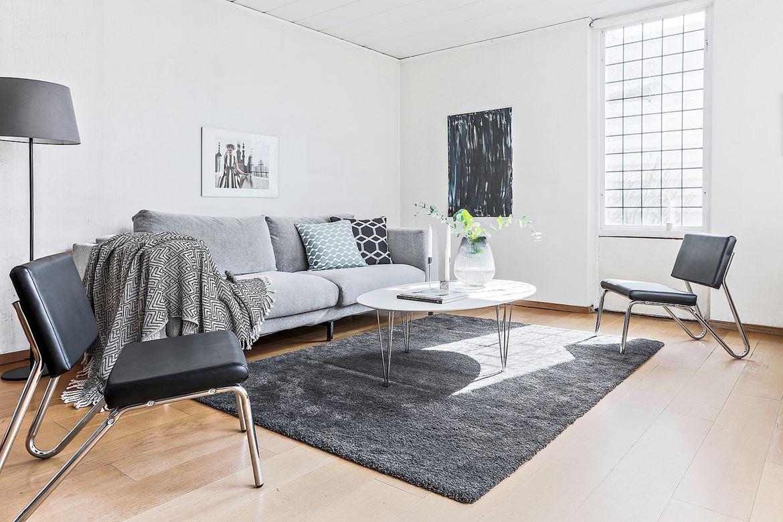 Vardagsrum med grå soffa