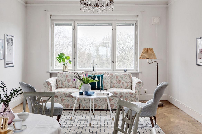 Blommig soffa i vardagsrum