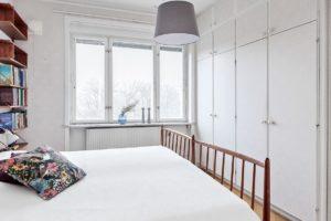 sovrum med vitt överkast