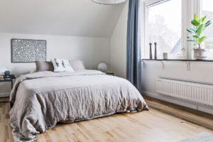 Sovrum med grått överkast