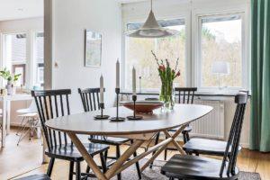 matbord med svarta stolar
