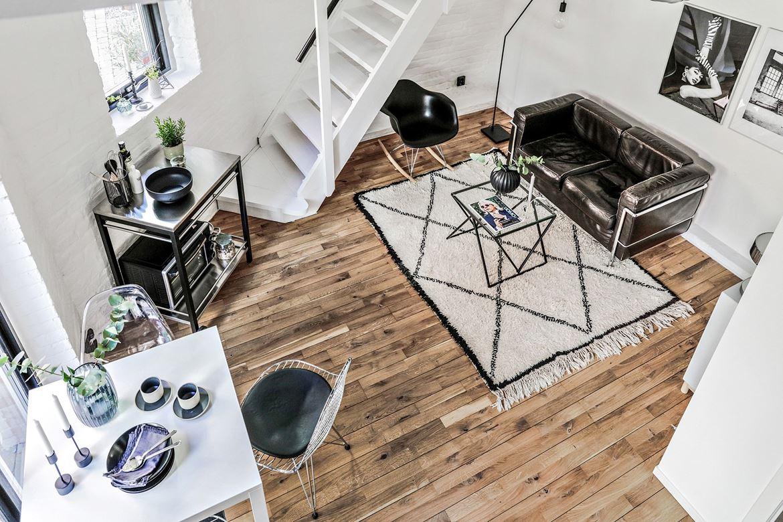 Vardagsrum styling trägolv skinnsoffa med ljus matta