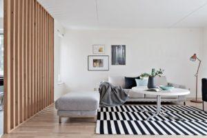 vardagsrum grå soffa randig matta styling